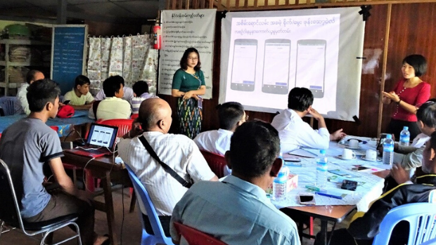 Greenovator trains farmers how to use the Green Way App.
