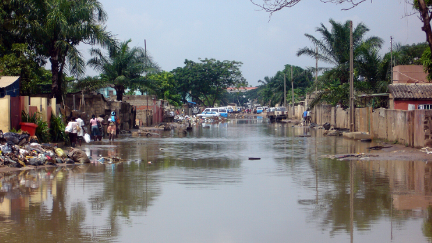 Flooded bairros and accumulated rubbish in Luanda