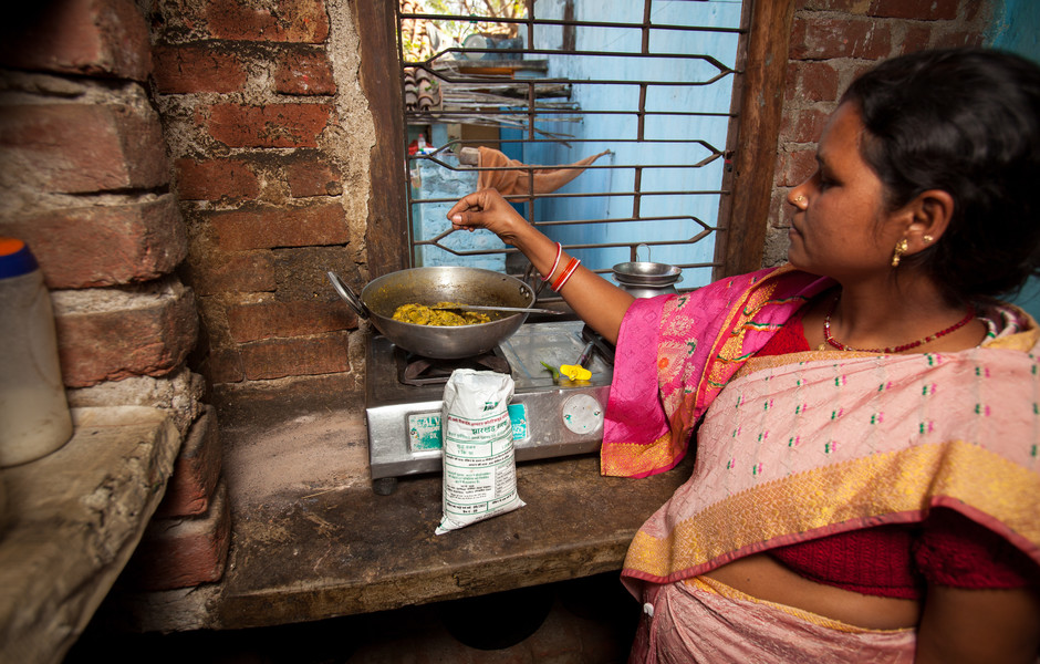 A woman in Jharkhand cooks lunch using double-fortified salt that she received through the government distribution system.