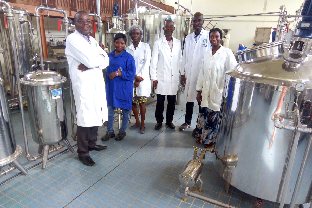 Professor Yao Benjamin with engineering students in one of the factory schools of the INP-HB